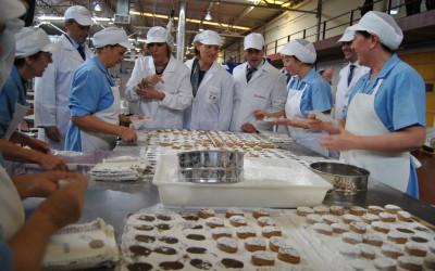 Díaz refrenda el compromiso con el sector del mantecado de Estepa