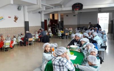 Escolares sevillanos despiden sus clases haciendo mantecados de Estepa