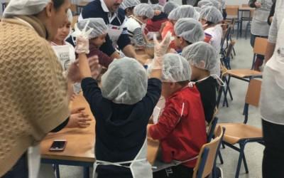 El Consejo Regulador de los Mantecados y los Polvorones de Estepa celebra esta semana el Día de la Infancia con la elaboración de mantecados en el Colegio Público Santa Teresa de Estepa.