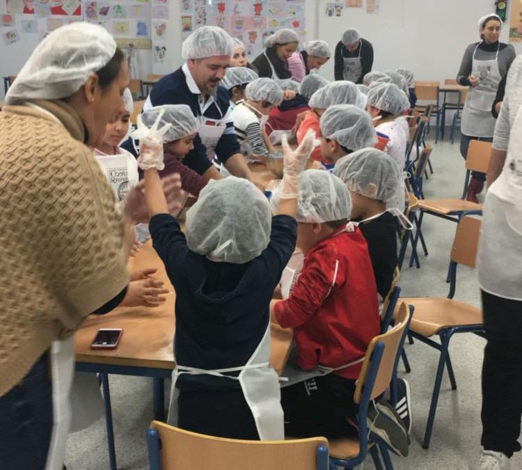 Los escolares del CEIP Francisco Giner de los Ríos celebran la Navidad con mantecados de Estepa