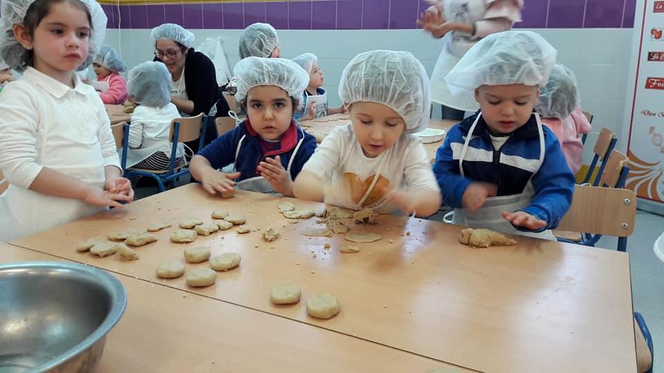 Los alumnos del CEIP Santa Teresa de Estepa elaboran su primer mantecado