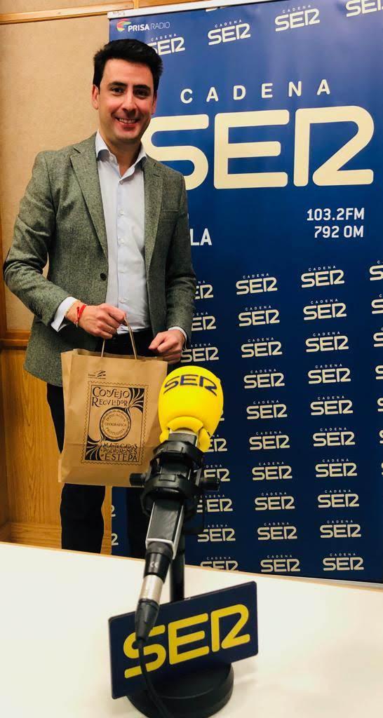 José María Fernández en Radio Sevilla para grabar una entrevista en el programa Surco y Marea