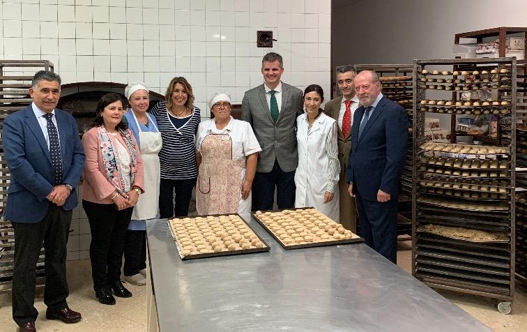 (Español) Susana Díaz visita la fábrica El Gamo y muestra su apoyo al la industria del mantecado